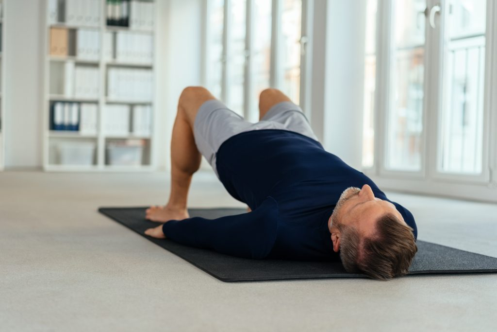 how to tighten your core with a weight on stomach